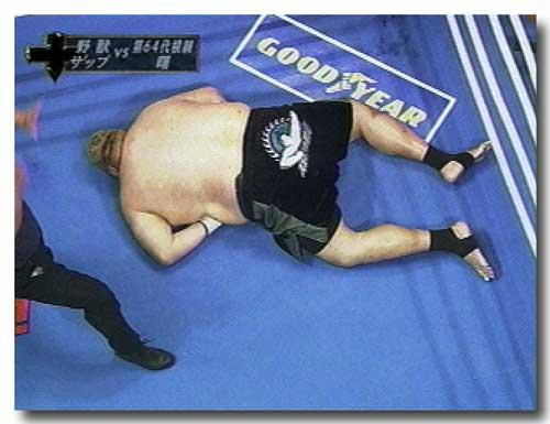 曙太郎 手を腹に入れるポーズは、腹巻きをしているバカボンのパパなのだ。 タ... 曙太郎vsボブ